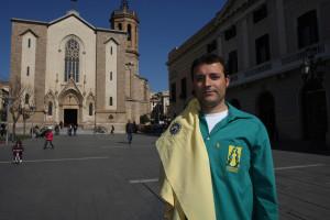 Miquel Arboledas, davant l'Ajuntament de Sabadell, sosté la camisa de la que va ser la seva primera colla, els Vailets de Ripollet F. Lluís Llebot