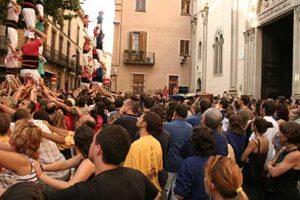 Funeral de Mariona Galindo, amb diverses colles aixecant pilars en el moment que el fèretre sortia de l'església